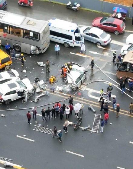 惨烈!成都立交附近多车相撞 一车后半截被撞碎