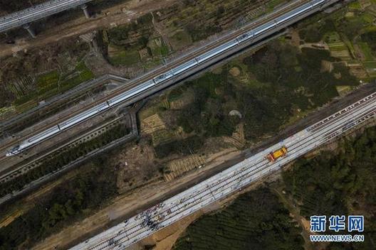 (经济)(1)杭黄铁路铺轨全线贯通