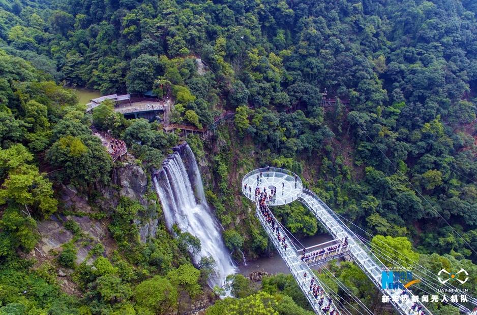 广东清远古龙峡玻璃大峡谷开放 悬空平台似ufo