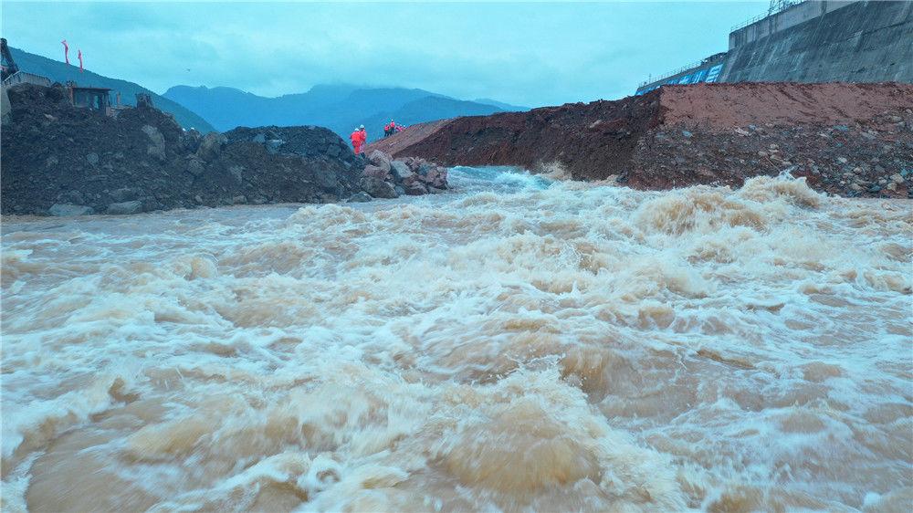 大藤峡工程所处的黔江河段是珠江流域西江水系干流,河道流量大,多年平均流量4150立方米每秒,河床深切,截流处最大水深约26米,截流设计流量2430立方米每秒,工程采用单戗堤单侧立堵截流方式,高峰期每小时抛投900立方米,龙口最大流速5.3米每秒,最大落差1.9米,各项技术指标在国内主要江河水利枢纽截流中名列前茅。 22588417